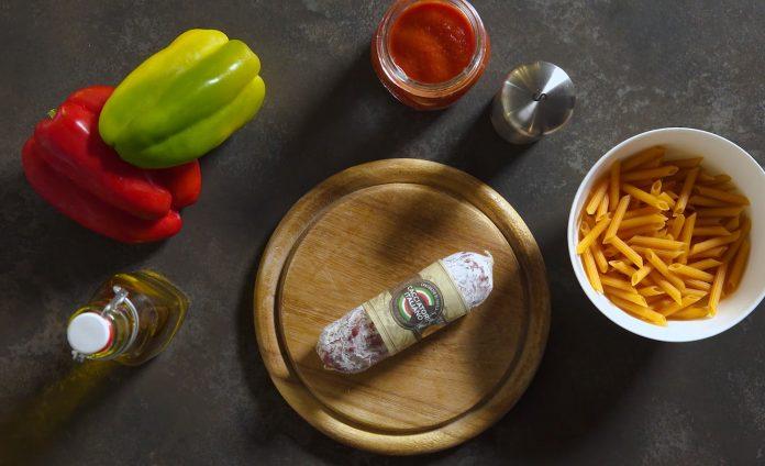Pasta proteica con sugo di peperoni e Salame Cacciatore Italiano